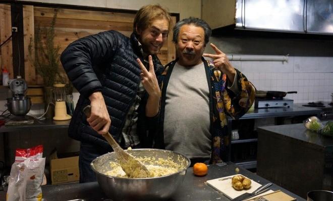 guillaume et kazu maitre des okonomiaki volontariat restaurant japon