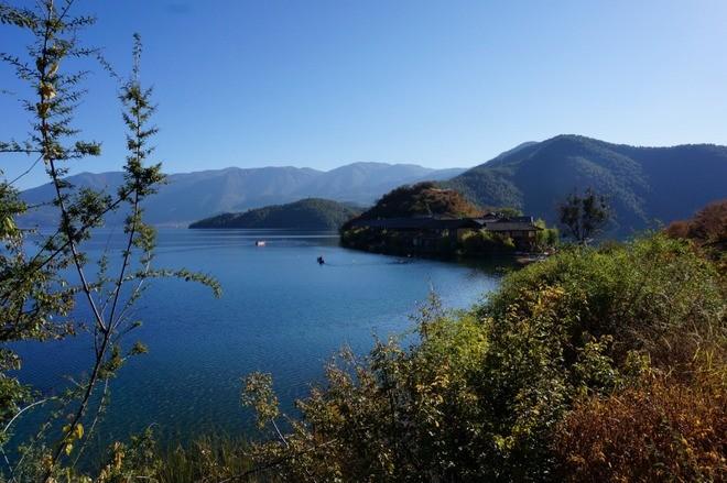 les montagnes autour du lac lugu chine