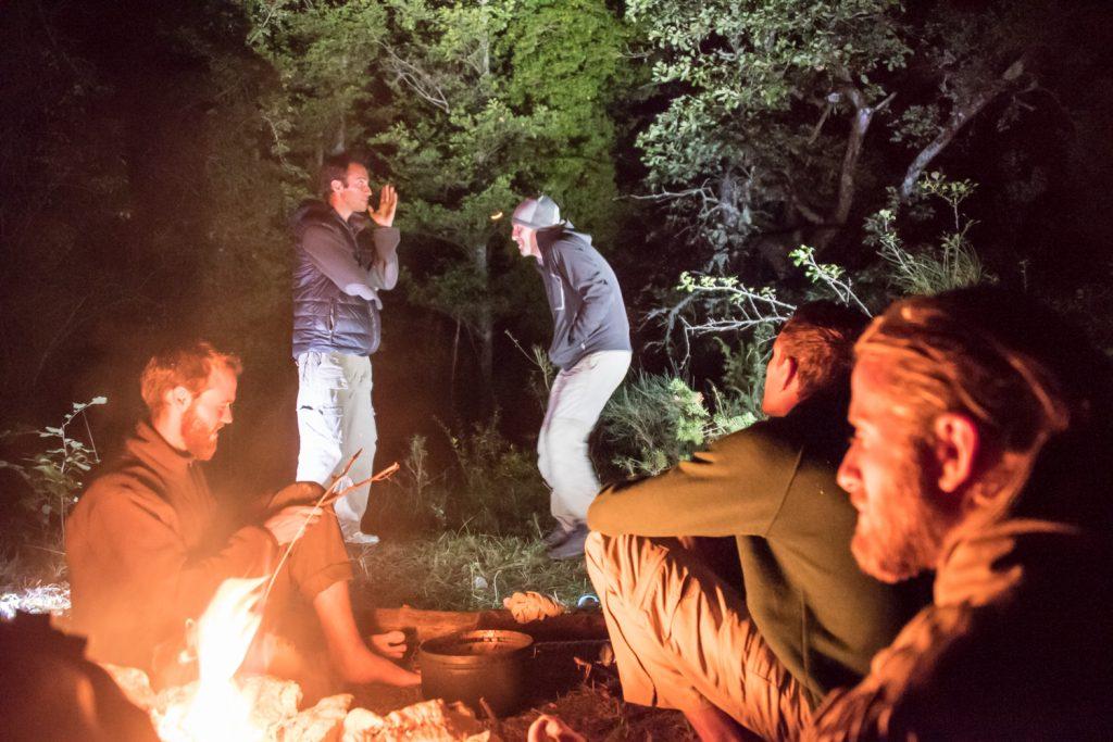échange autour du feu vie sauvage et vagabondage